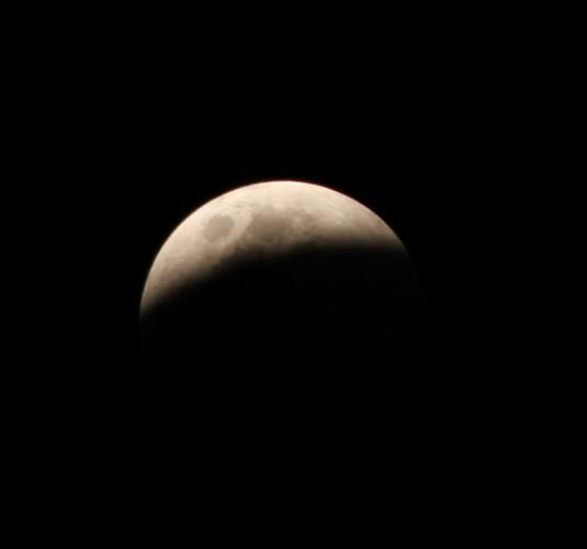 Le début de l'éclipse lunaire du 15 juin 2011