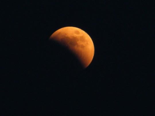 La lune commence a prendre une teinte orangée