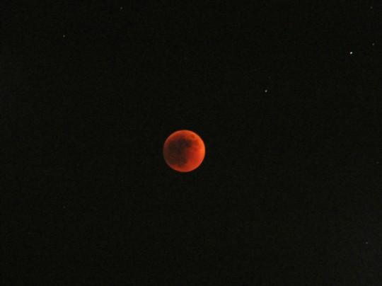 L'éclipse de lune à son apogée, la lune devient rouge sang